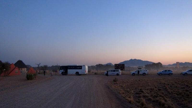 Wir warten auf das Öffnen der Schranke des Namib Parks