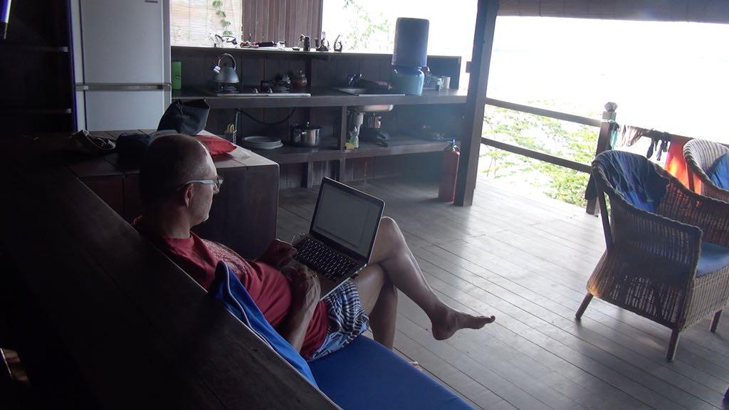 Happe beim Blog schreiben, im Bloo Lagoon